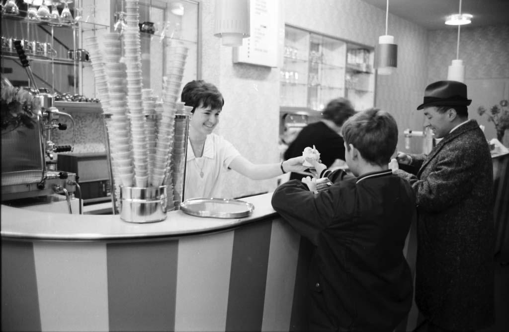 Eröffnung der italienischen Eisdielen, 1969 (Quelle: Stadtarchiv Karlsruhe)